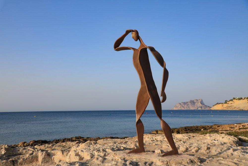 Kunstwerk langs de kust van Moraira
